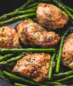 Курица с чесноком и спаржей на одной сковороде
