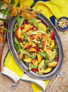 Острый салат с персиками и авокадо